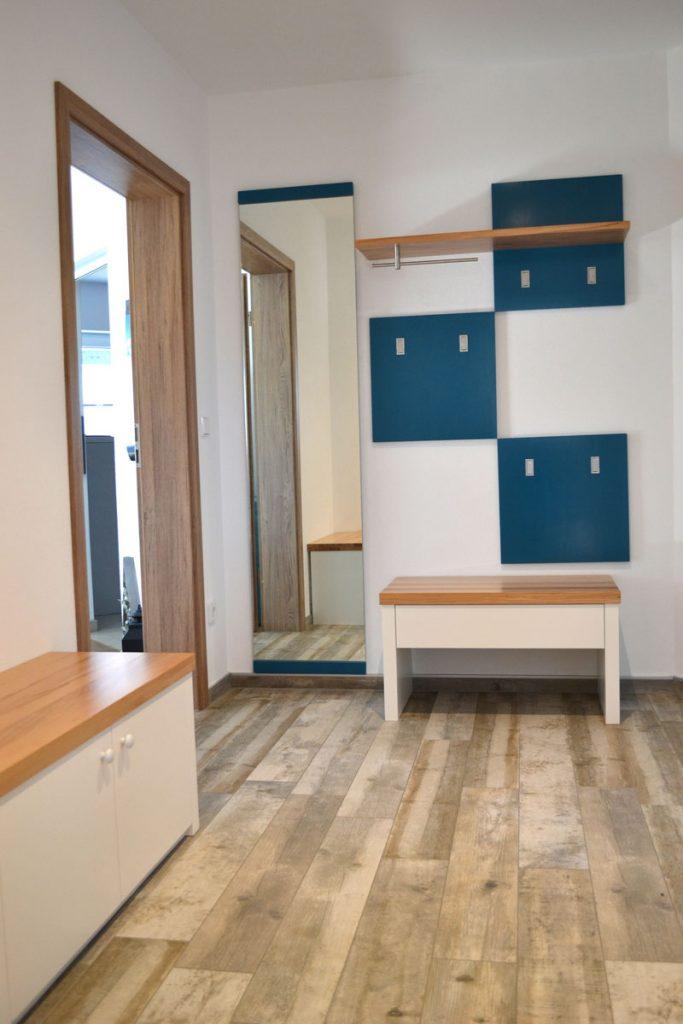 Garderobe aus Holz Farbenfroh