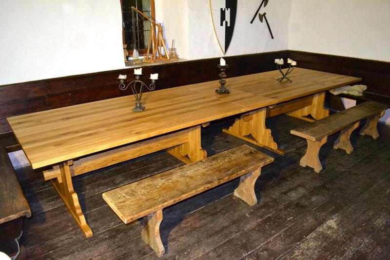 Rittertisch aus Holz1