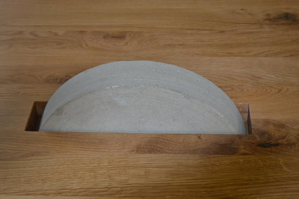Holztisch mit Schleifstein1
