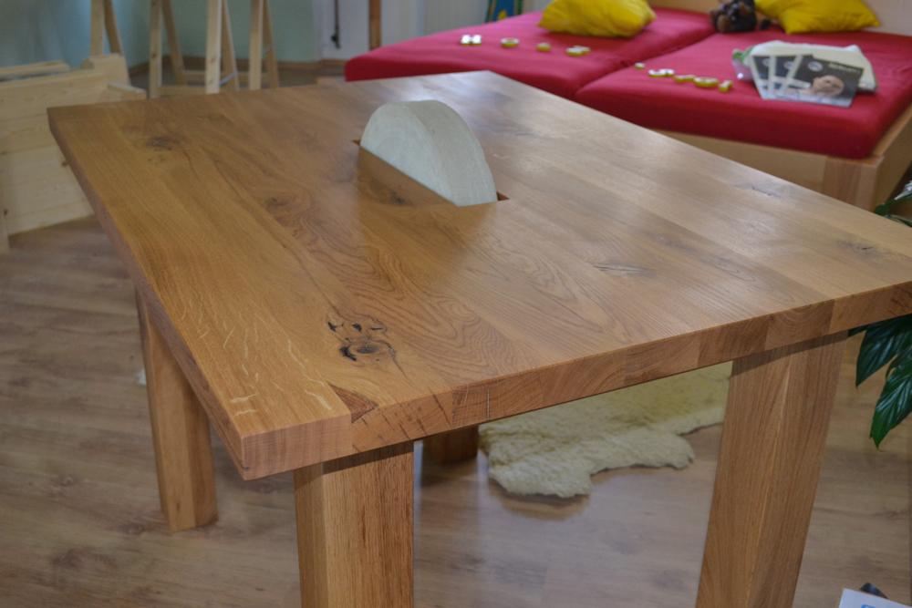 Holztisch mit Schleifstein